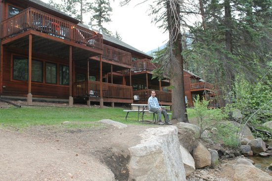 Creekside Suites & Condos: relaxing behind our cottage by the river