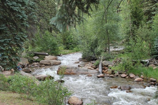 Creekside Suites & Condos: gorgeous scenery just feet from our room