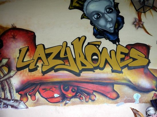 Lazybones Hostal : Cool art