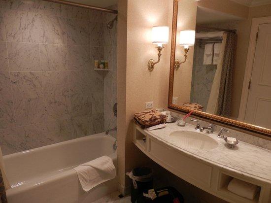 Washington Duke Inn & Golf Club: bathroom of room 554