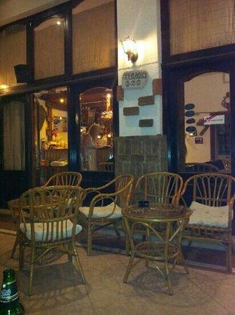 Arokaria - Restaurant - Cafe: liten koselig bar i Platanias. Hyggelig beskjedning. Dino lager d en har lyst på :-)