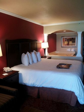 Hampton Inn St. Augustine Beach: King size bed and whirlpool tub