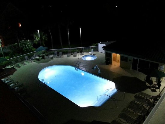 Hampton Inn St. Augustine Beach: The pool at night.
