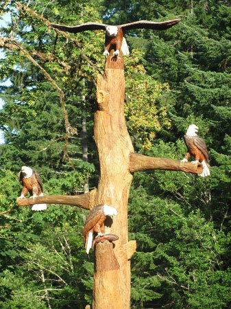 Belknap Hot Springs Lodge and Gardens: Wooden sculpture of bald eagles