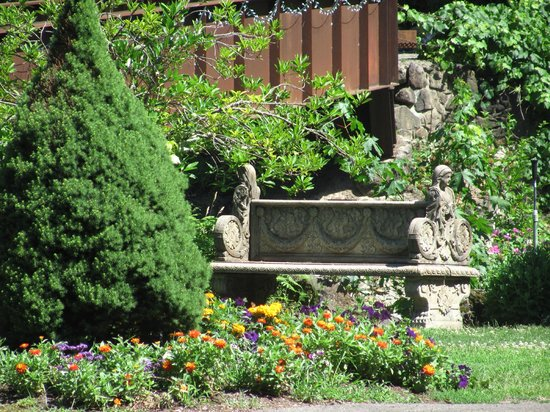 Belknap Hot Springs Lodge and Gardens : stone bench and flowers