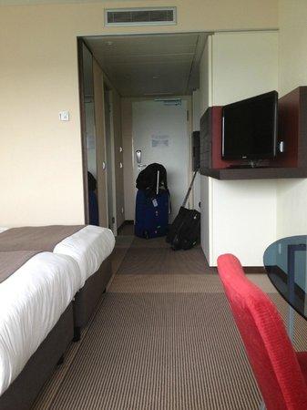 Movenpick Hotel Amsterdam City Centre: Amplia habitación