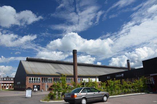 Orrefors, Suécia: 工房外観。手前はアウトレットショップ。