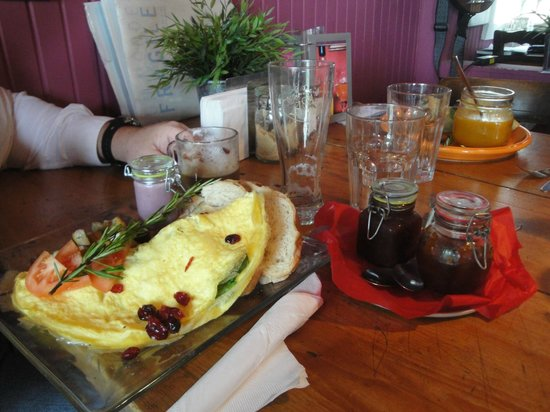 C'est la vie café : Savory Spinach and Bacon Omelet with Homemade Jams