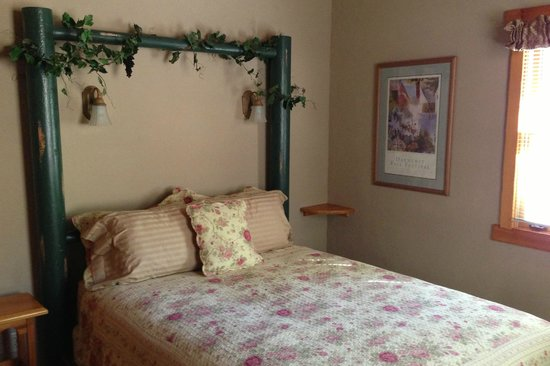 Homestead Cottages: Bedroom in Garden Cottage