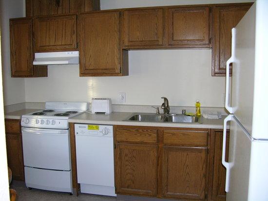 Anchorage Uptown Suites: kitchen