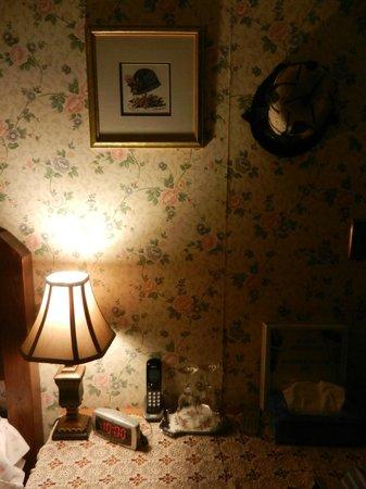 Colonial Charm Inn : Room desk area