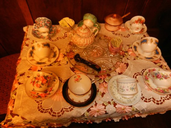 Colonial Charm Inn: Ready for tea