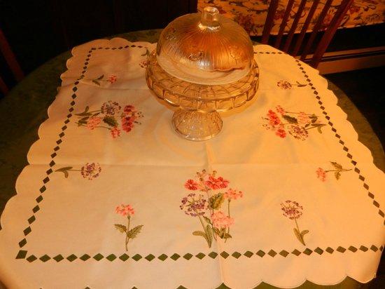 Colonial Charm Inn : Table ready