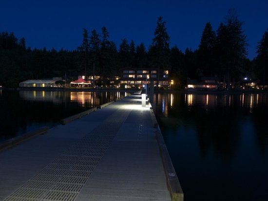 Alderbrook Resort & Spa: Night time view from the dock