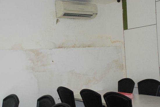 Amaris Hotel Soekarno-Hatta Airport: Wall in breakfast hall