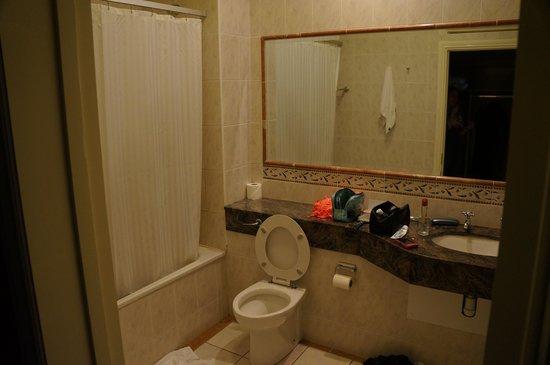 Woodlands Hotel: bathroom