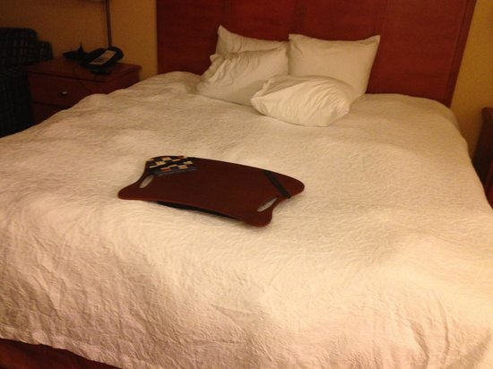 Hampton Inn Louisville-North/Clarksville: lumpy bed