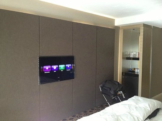 Burbury Hotel: TV and wall with effect lighting
