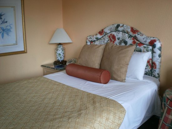 River Lodge South Motel : 2 Queen Bed room with bath in center.