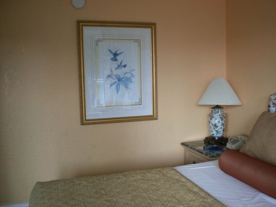 River Lodge South Motel: Artwork that complements the room decor.