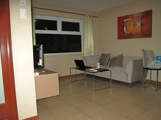 Shaw Residenza Suites: Living Room