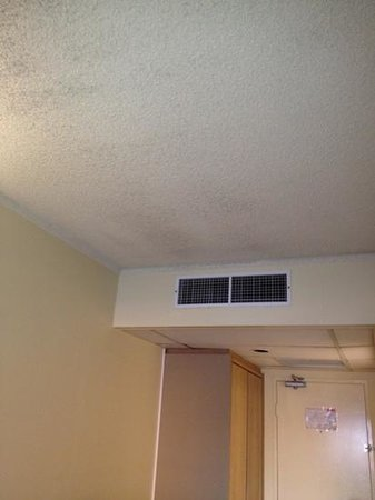 Rydges Plaza Cairns: Mouldy ceiling from air conditioner.