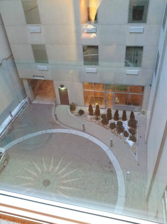 La Quinta Inn & Suites Chicago Downtown: view out window of parking entrance/lobby area