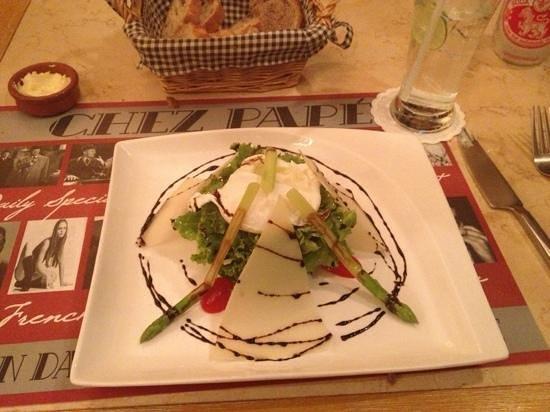 Chez Papé French Bistro: oeufs pochés, asperges et parmesan