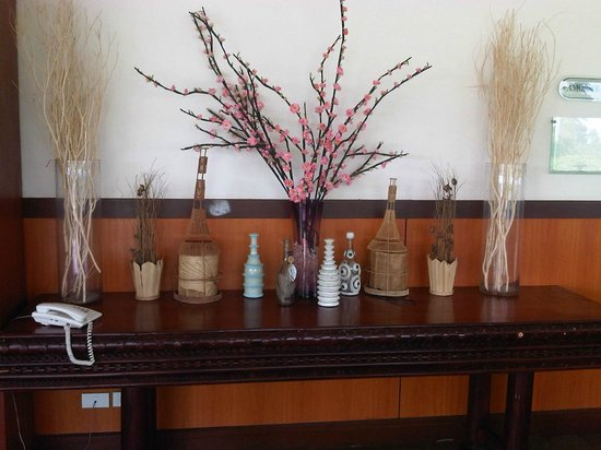 Hotel Kimberly: Table with decorative pieces