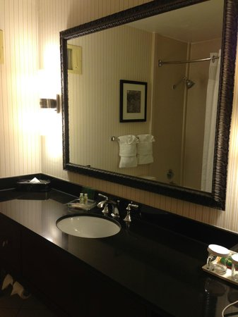 Holiday Inn Sacramento-Capitol Plaza : nicely updated spacious bathroom