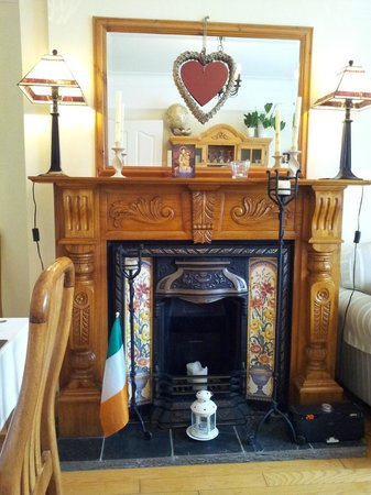 Shantalla Lodge B&B: Dining room fireplace, a bright cheerful room