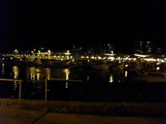 La Marea: Vista nocturna desde el restoran.
