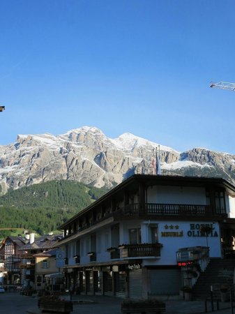 Hotel Olimpia: 外観 北東側、山の景色