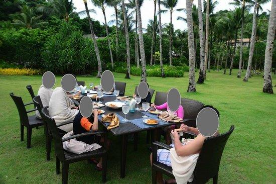 Shangri-La's Boracay Resort & Spa: impromptu Bday party. staff said yes we'll set it up
