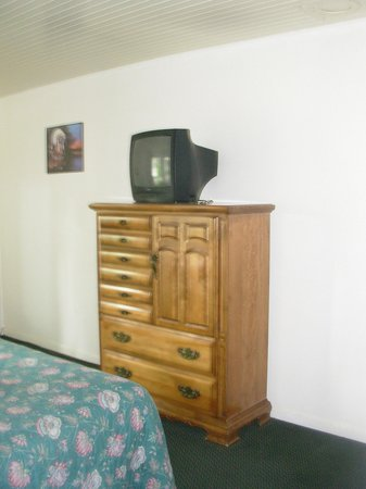 Ocean Grove Lodge: spacious, modern dresser with older TV - sharp picture, lots of TV channels!