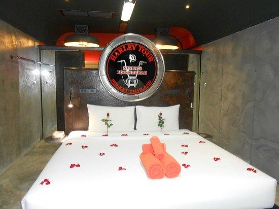 Nicky's Handlebar Hotel : bed