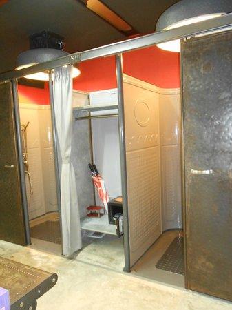 Nicky's Handlebar Hotel : bathroom