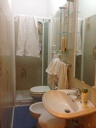 Hotel Birillo: bagno camera 103 - disordinato da noi :)