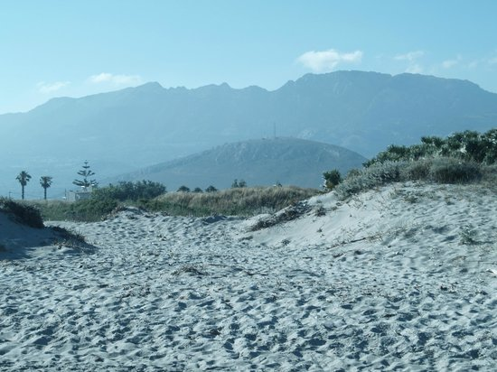 Caravia Beach Hotel: widok z plaży na góry