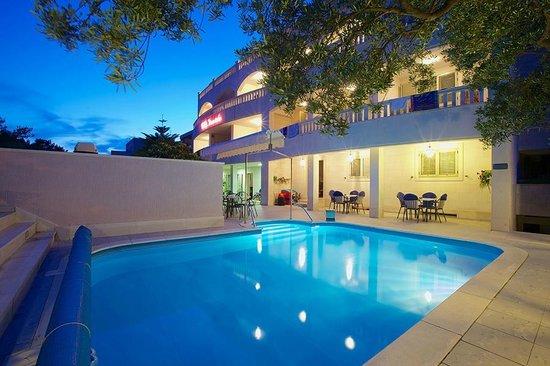 Hotel Villa Daniela: Pool by night