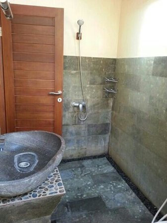 Tenang House: bathroom