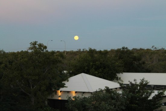 Kimberley Sands Resort & Spa: Full moon with the gym roof below