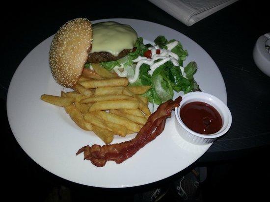 Tenface Bangkok: room service - burger