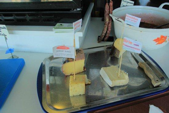 Hotel De Stokerij: fromages maison du petit déjeuner