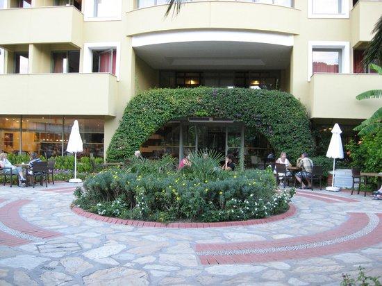 Euphoria Tekirova Hotel: вход в главный корпус со стороны обеденной зоны