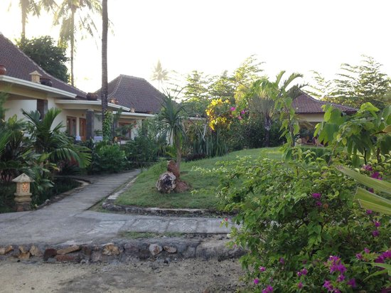Kuta Cove Hotel : Garden in the middle of the guestrooms