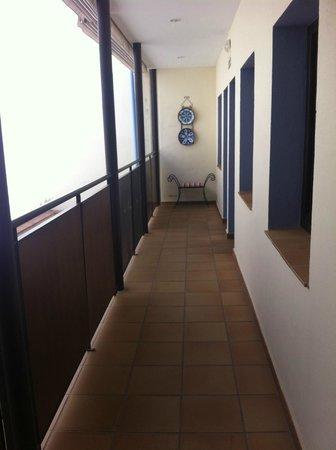 Hostal Azahar: Pasillo de las habitaciones. A la izquierda, vistas al patio