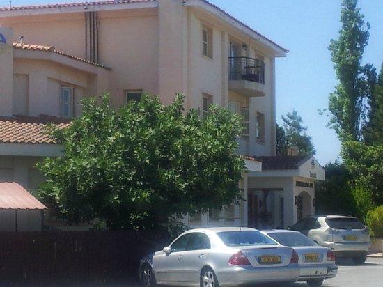 Andreas & Melani Beach Hotel: Hotelansicht vom Parkplatz