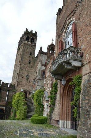 Tenuta Marchesi Scarampi: Vista dell'ingresso del Castello