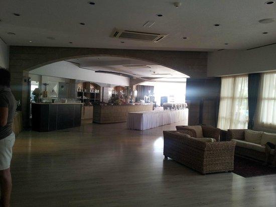 Andreas & Melani Beach Hotel: Frühstücksbereich und Bar im Innenraum